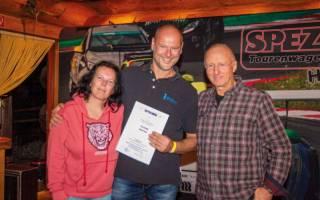 Annette Laqua zog Torsten Klimmer als Gewinner des Hauptpreises - ein Rädersatz von BBS im Wert von über 4000 €