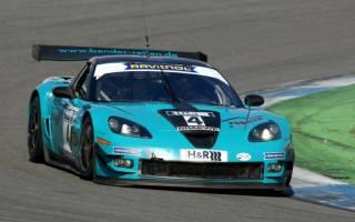 Corvette Pilot Jürgen Bender krallt sich den Sieg im zweiten Rennen